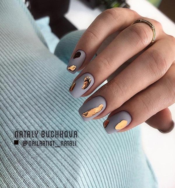 матовый серый маникюр с жидким металлом золотистым