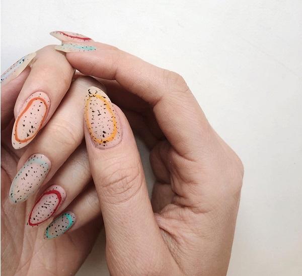 разноцветный маникюр ногтей с перепелиными яйцами