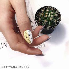 желто-белый дизайн ногтей с перепелиной скорлупой