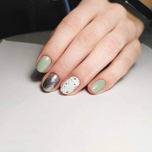 черно-зеленый маникюр с серебряным акцентным ногтем