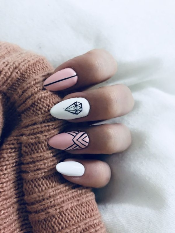 телесно белый дизайн ногтей с рисунком камня алмаза диаманта