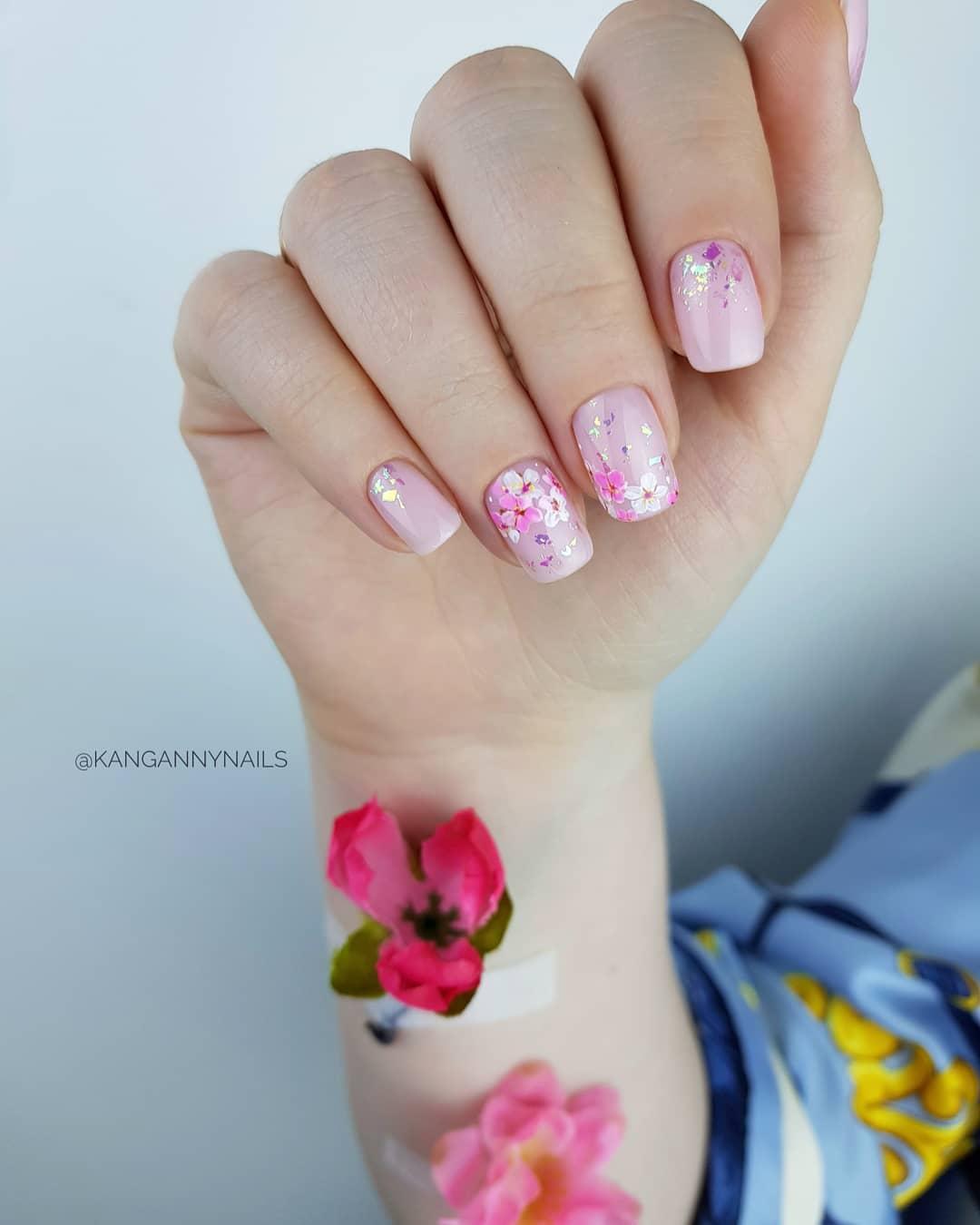 розовый нейл-арт с цветами