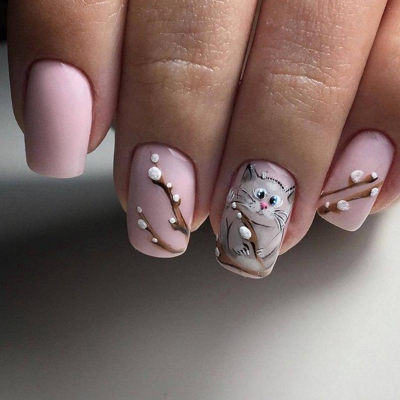 нюдово розовый маникюр с котом и вербой
