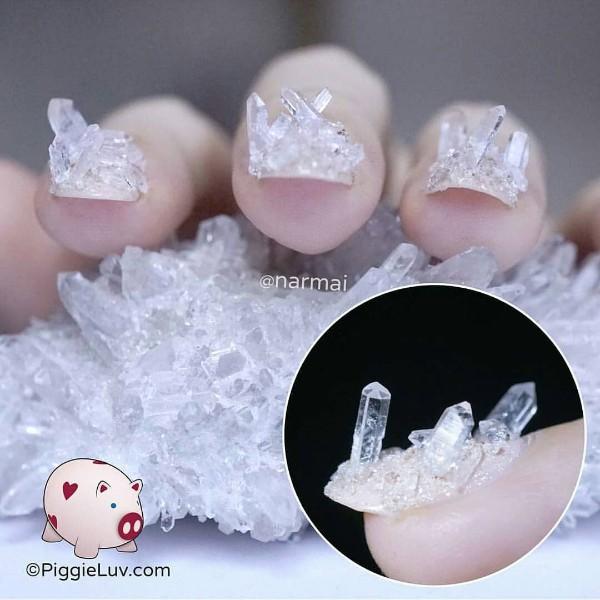 маникюр с крупными объемными кристаллами