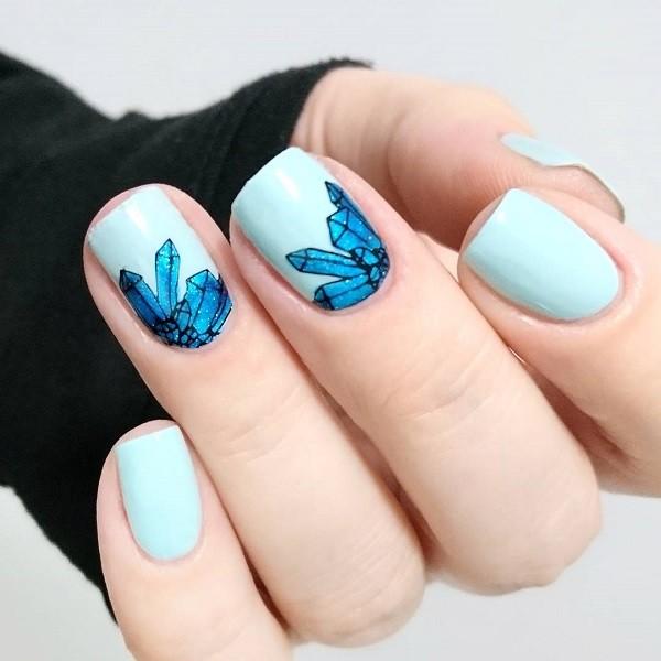 пастельно голубой маникюр с синими кристаллами