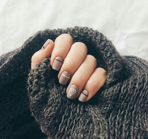 темно-бежевый дизайн ногтей с рисунком диаманта