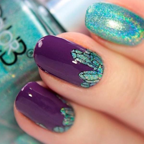 фиолетово-голубой маникюр с кристаллами и голографическими блестками