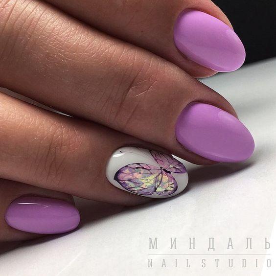 фиолетовый маникюр с бабочкой на вербное воскресенье