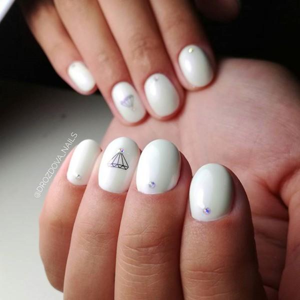 короткий белый маникюр с рисунком алмаза