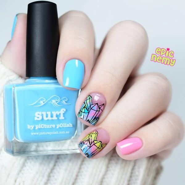 розово голубой дизайн ногтей с нарисованными кристаллами