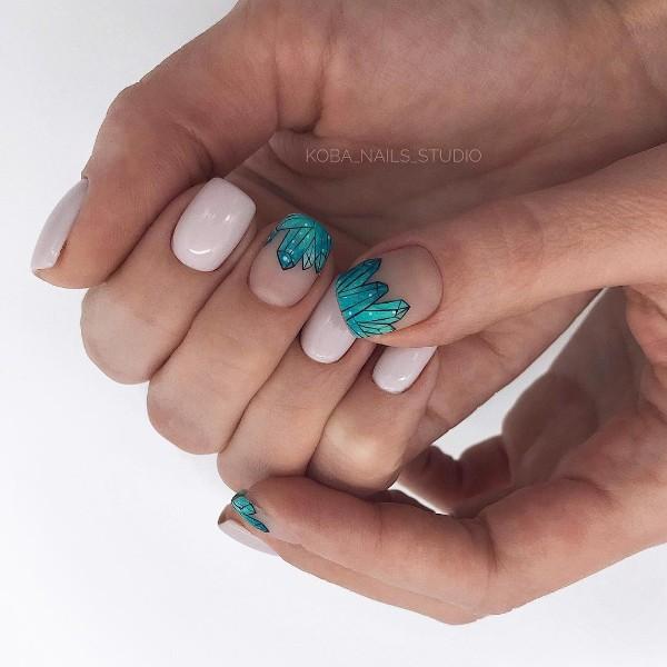 голубые кристаллы на нюдовых розово бежевых ногтях