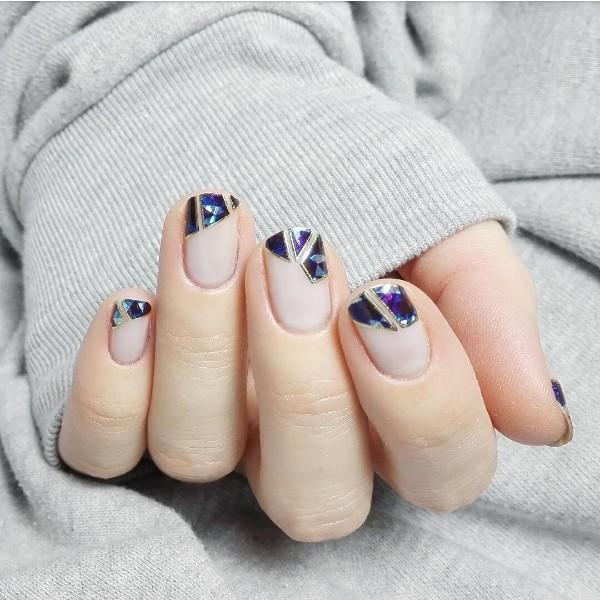 молочный маникюр с фиолетовыми камнями на кончиках ногтей