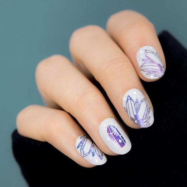 светло-фиолетовые ногти с нарисованными кристаллами