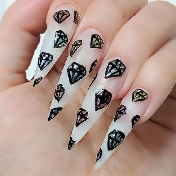 очень длинный маникюр с рисунками диамантов и алмазов
