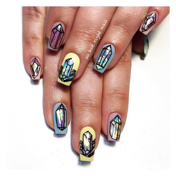 цветные ногти с нарисованными кристаллами
