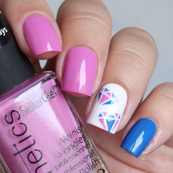 розово голубые ногти с нарисованными алмазами