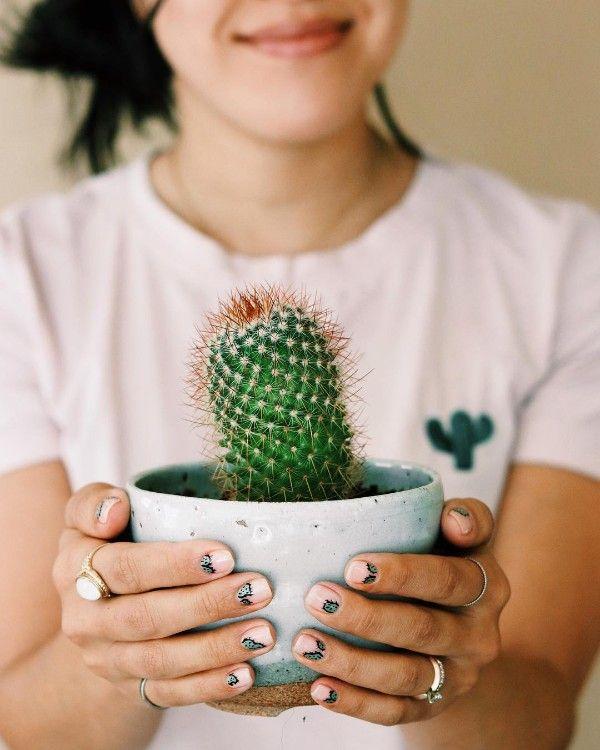бежевый маникюр кактусы