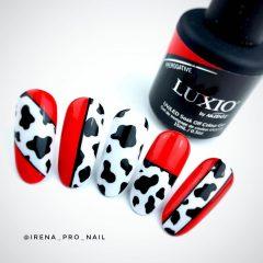 красный-маникюр-с-черно-белым-коровьим-принтом