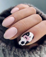 розовый-маникюр-на-новый-год-с-пятнами-коровы