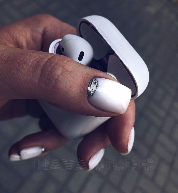 белые ногти с серебряным лунным дизайном