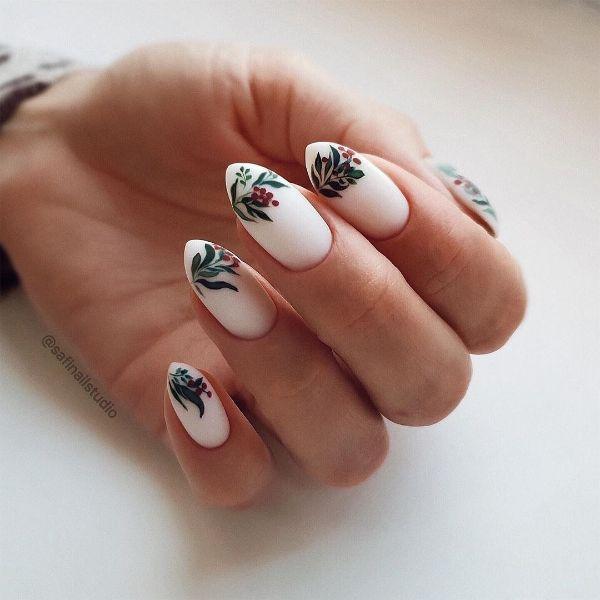 белый маникюр на миндалевидных ногтях