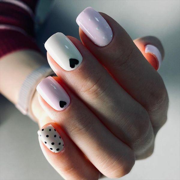 белый дизайн ногтей в горошек