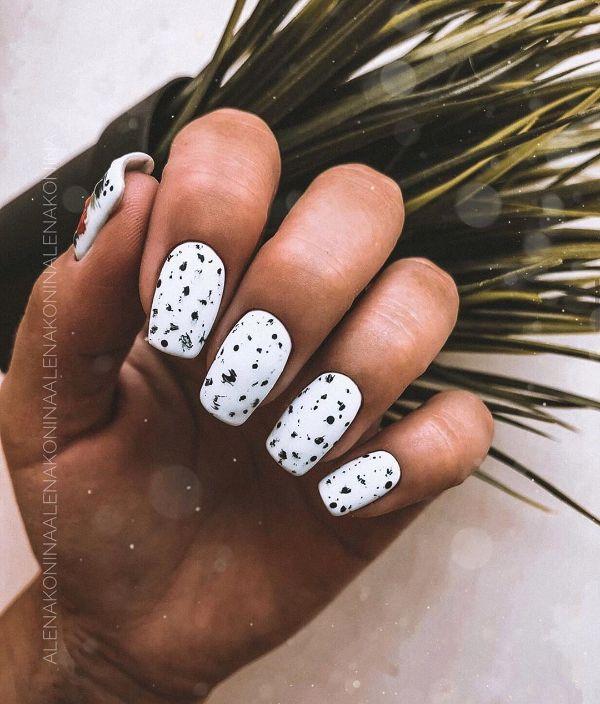 белый маникюр с точками в черном цвете