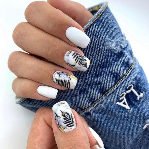 белый маникюр с листьями на форме ногтей квадрат