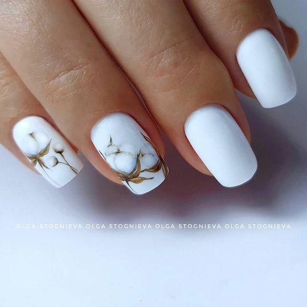 белый дизайн ногтей с хлопком