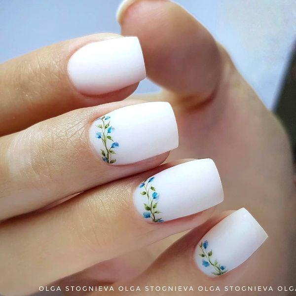 белый маникюр с цветочками