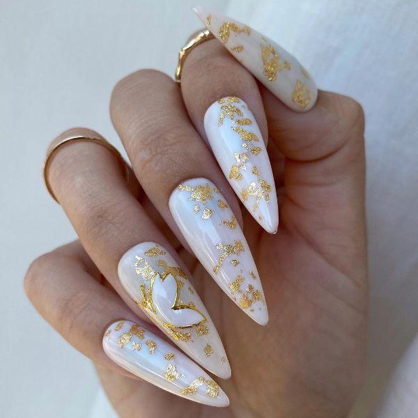 белый дизайн ногтей с золотым