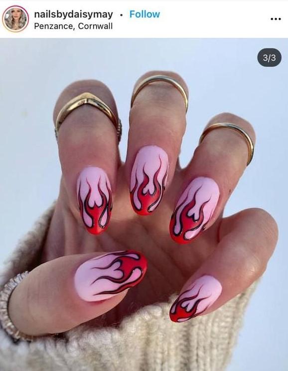 розово-красный маникюр с рисунками пламени