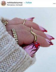 красные языки пламени на пастельно-розовых ногтях