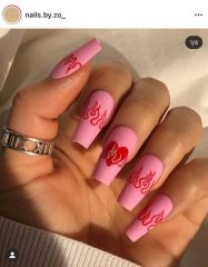 маникюр с розовыми сердцами и пламенем