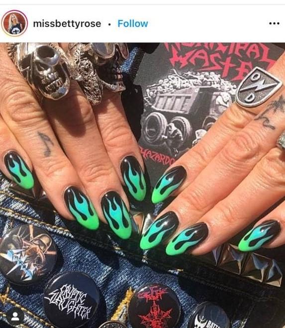 черный дизайн ногтей с зеленым пламенем
