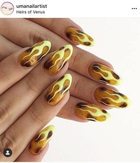 желтый дизайн ногтей с рисунками пламени