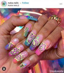 ногти с надписями в стиле граффити
