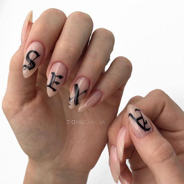 женский маникюр с дизайном надпись в стиле татуировок